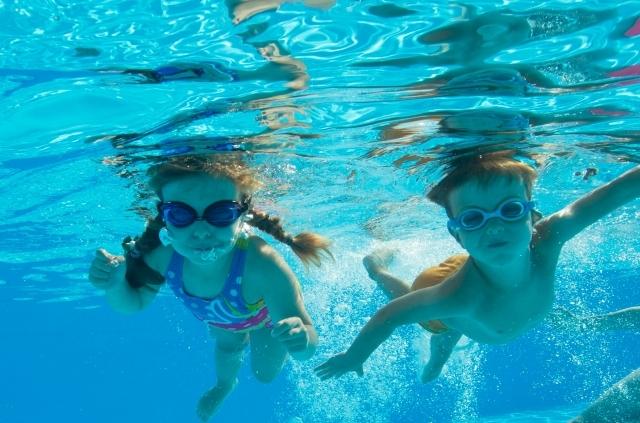 夏 家族旅行 プール バーベキュー