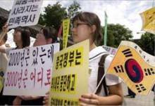 t02200151_0250017213357200914漢字を読めないので清朝属国旗を持ちながら中華の歴史に抗議する南朝鮮