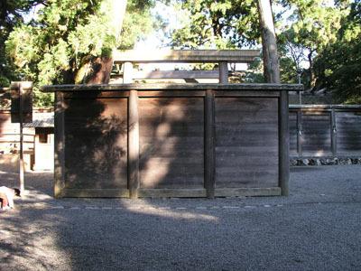 e0113570_23131046神社の拝殿の前にある衝立状の神鬼を遮る塀