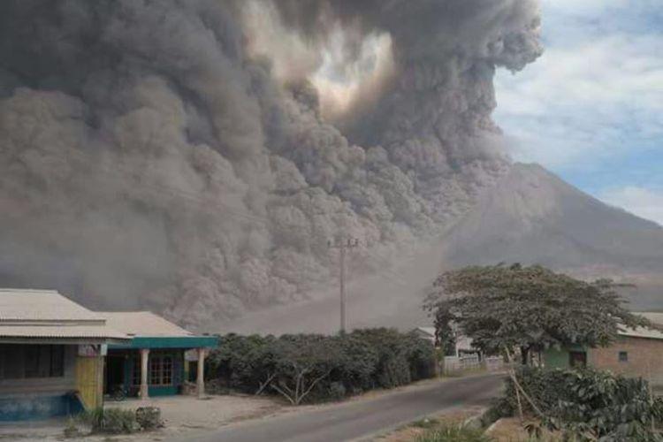 Gunung-Sinabung-Meletus-Dahsyat-Pagi-Ini-5-Kecamatan-Gelap-Gulita-Tertutup-Abuシナ文