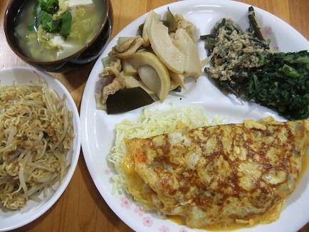 オムレツ、味噌汁、煮物、ラーメン擬き