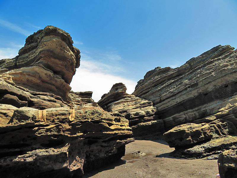 180430,観音崎の奇岩と灯台残骸1