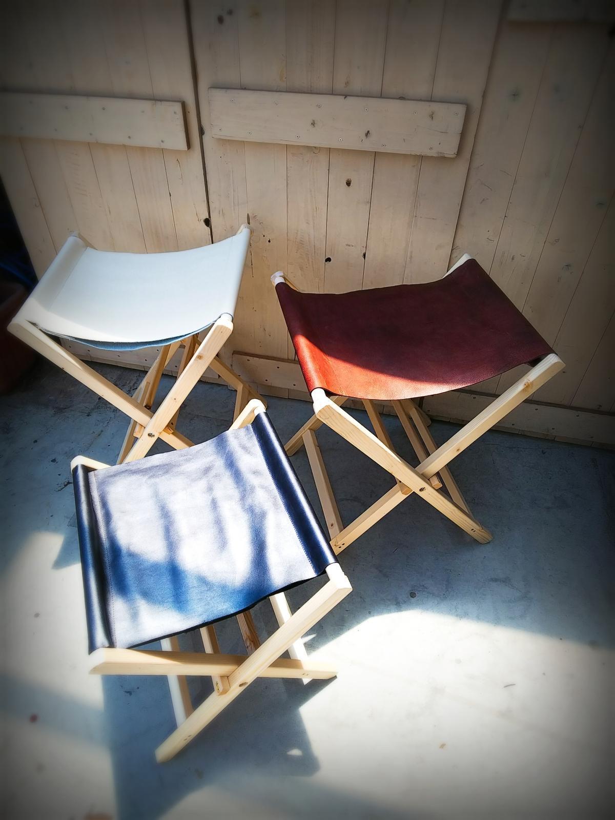 革の折り畳み式椅子です。