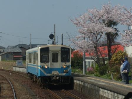 車窓 上灘駅 桜 & キハ32形