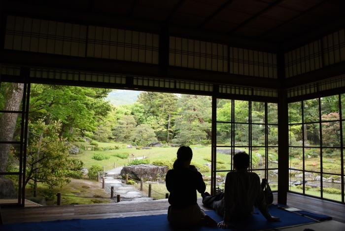 屋内から庭園の眺め