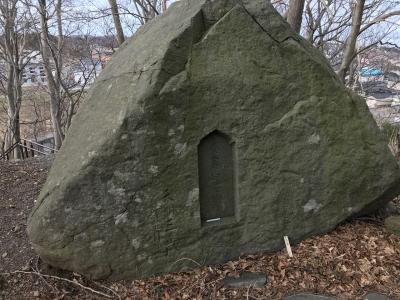 丘陵頂部の石碑