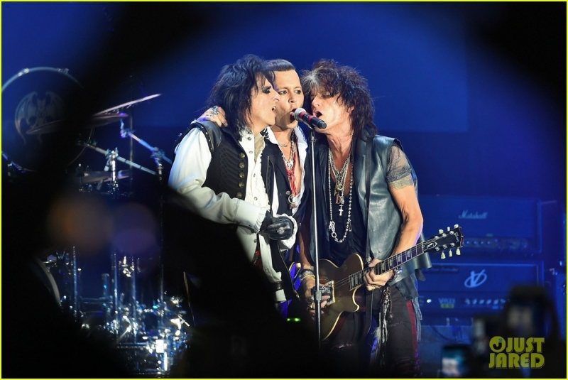 johnny-depp-gets-bras-thrown-at-him-at-the-hollywood-vampires-moscow-concert-03.jpg