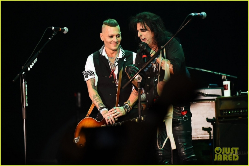 johnny-depp-gets-bras-thrown-at-him-at-the-hollywood-vampires-moscow-concert-04.jpg