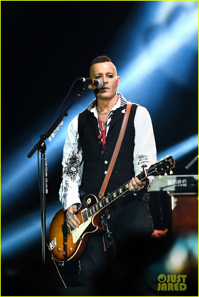 johnny-depp-gets-bras-thrown-at-him-at-the-hollywood-vampires-moscow-concert-06.jpg