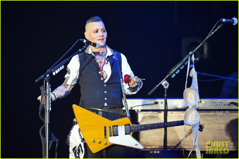 johnny-depp-gets-bras-thrown-at-him-at-the-hollywood-vampires-moscow-concert-10.jpg