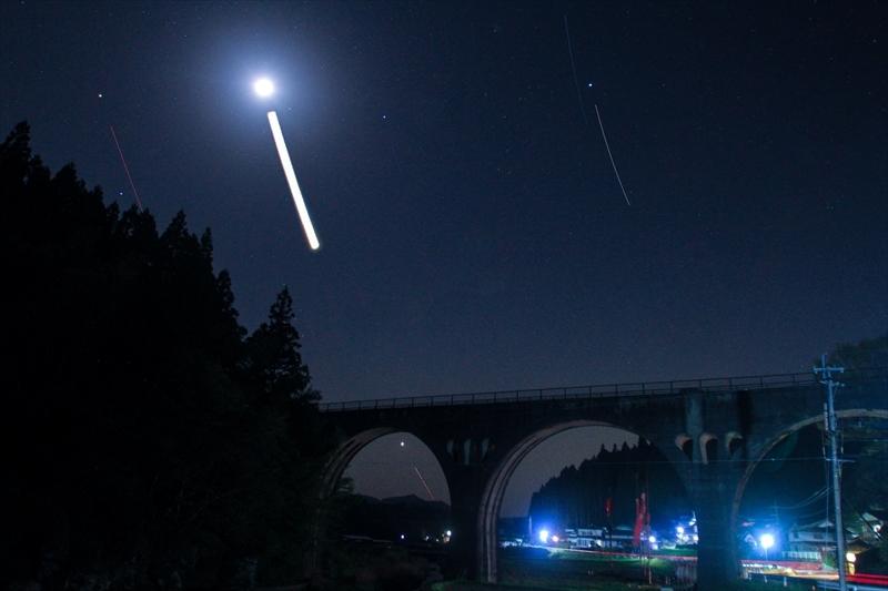 幸多川橋梁の月