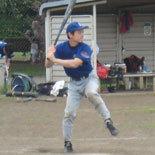 1回裏、先頭の村上が安打で出塁
