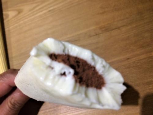 ミルクアイス包み込むように、生チョコレートが入ったアイスバーでした