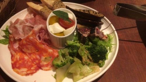 【冷菜】 イタリア産熟成生ハム  ピリ辛スパイシーサラミ  彩り野菜のピクルス アボカドとサーモンのブルスケッタ プチカプレーゼ