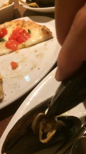 ムール貝はムール貝で挟んで食べますょ