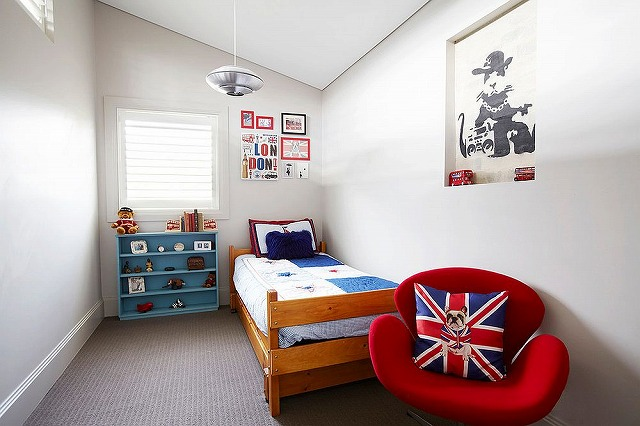 Accent-pillow-with-Union-Jack-motif-can-make-a-big-visual-impact-in-the-white-bedroom.jpg