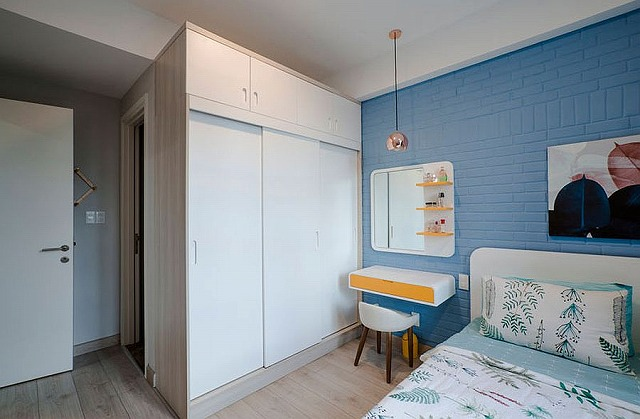 Blue-and-white-boys-bedroom-with-yellow-accents.jpg