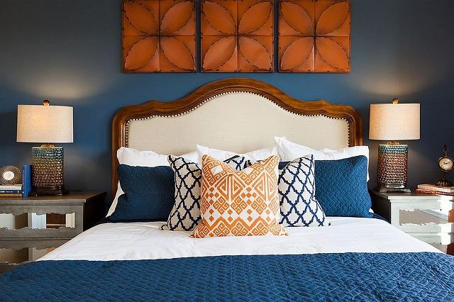 Exquisite-bedroom-in-dark-blue-and-orange.jpg