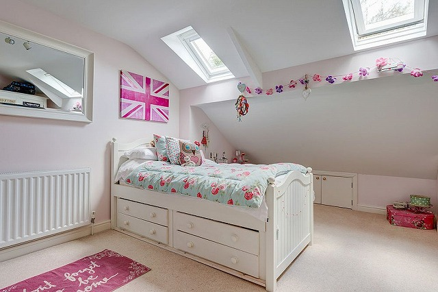 Pretty-pink-accents-enliven-shabby-chic-girls-room-in-white.jpg