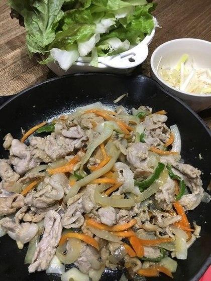 豚肉と野菜の炒め物 サンチュ包み