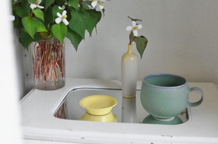 和田麻美子/グリーンのマグ、首が黄色の花器、黄色の豆皿