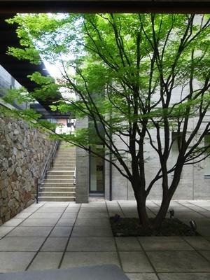 龍谷ミュージアム中庭1805