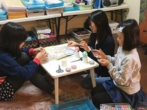 girls egg coloring