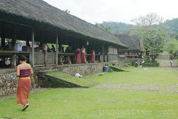 トゥガナン村の祭りの準備風景