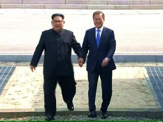 180427 会談の為に軍事境界線をまたぐ韓国・文在寅大統領と北朝鮮・金正恩朝鮮労働党委員長