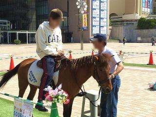 IMG_180429_1708 出先駅前広場での乗馬イベント_VGA