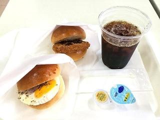 IMG_180429_1709 阪急ベーカリーの2パンセット・エッグ&ポテトバーガーとチキンカツバーガーにアイスコーヒー365円_VGA