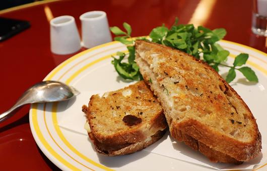 モッツァレラとセージの ホットサンドイッチ