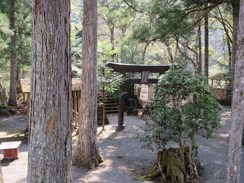 4 麓の神社