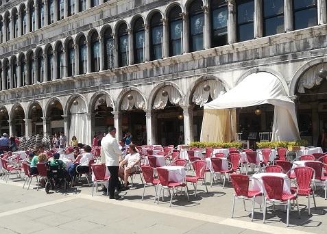 1 サンマルコ広場のオープンカフェ