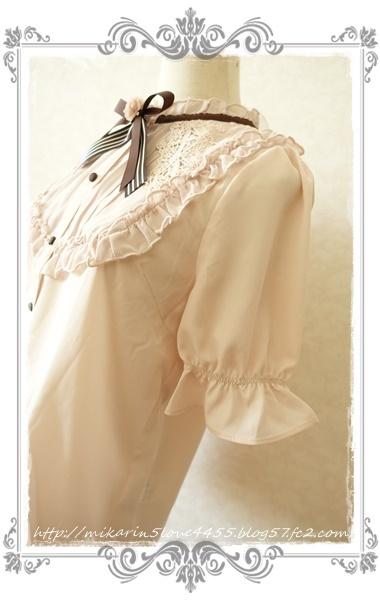 0428花ブローチ付プチスタンドブラウス(淡ピンク)袖