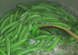 えんどう豆を茹でる