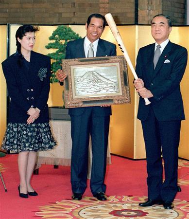 国民栄誉賞授賞式で、中曽根康弘首相と記念撮影する衣笠選手(1987年6月、首相官邸)
