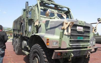 オシュコシュMK23カーゴトラック米軍MTVR(Medium Tactical Vehicle Replacement, 中型戦術車両後継型)MK25Standard Cargo Truck海兵隊キャンプ富士JSDF自衛隊いすゞ自動車73式大型トラック