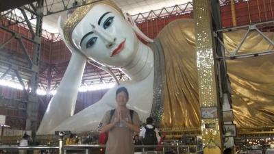 ヤンゴン チャイプーンパゴダ 涅槃像まえ  (2)