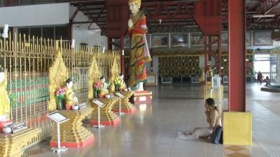 ヤンゴン チャイプーンパゴダ 涅槃像まえ  (4)