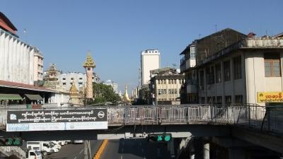 ヤンゴン ダウンタウン 歩道橋にて  (1)