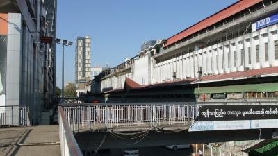 ヤンゴン ダウンタウン 歩道橋にて  (4)