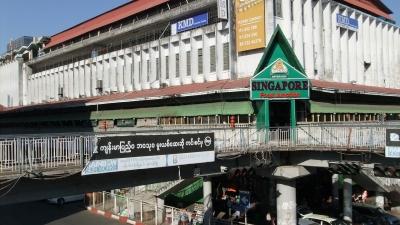 ヤンゴン ダウンタウン 歩道橋にて  (3)