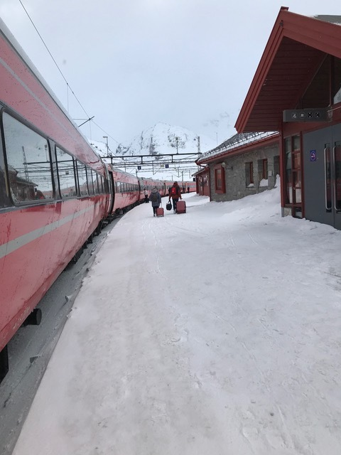 雪の駅構内