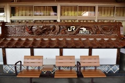 江津駅1番線ンホームの石州瓦