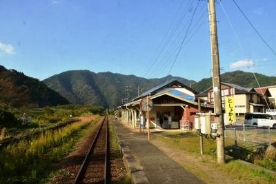 川戸駅ホームの向かい側に使われなくなったホームが残る