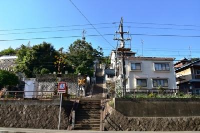 階段途中の踏切