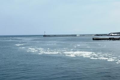 網走港内に残る流氷