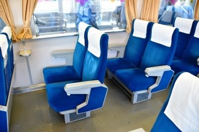 青いモケットの座席