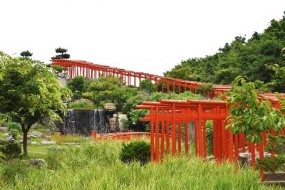 滝と千本鳥居 高山稲荷神社
